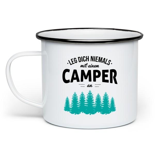 Leg dich niemals mit einem Camper an, wir kennen Plätze an denen dich keiner mehr findet - Emaille-Tasse